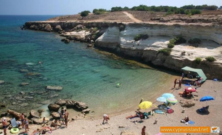 pezounospylioi beach